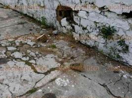 Coatzacoalcos, Ver., 4 de octubre de 2015.- En el antiguo pante�n municipal, algunas tumbas se encuentran sepultadas por escombro, arena, maleza o incluso a simple vista se pueden observar algunos ata�des.