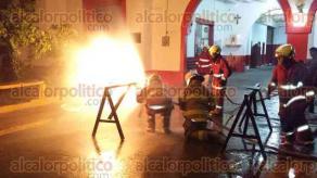 Veracruz, Ver., 4 de octubre de 2015.- Cerca de 10 elementos del Heroico Cuerpo de Bomberos Municipales llevaron a la pr�ctica maniobras con fuego real en lo que ellos denominan