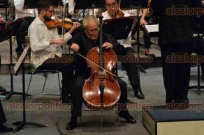 Xalapa, Ver., 4 de octubre de 2015.- El delegado federal del ISSSTE, Renato Alarc�n Guevara, acompa�ado por la rectora de la UV, Sara Ladr�n de Guevara, presenciaron el segundo concierto de la Orquesta Sinf�nica Juvenil del Estado de Veracruz, realizado en el Teatro del Estado.