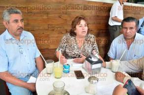 Xalapa, Ver., 4 de octubre de 2015.- Rosalinda Flores Escudero, secretaria general del SOPAVER, durante conferencia de prensa.