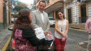 Xalapa, Ver., 5 de octubre de 2015.- Premiaci�n del sorteo CANACO, en presencia de Ernesto P�rez Astorga, presidente de la C�mara Nacional de Comercio Xalapa, a la ganadora Georgina Galindo M�ndez.