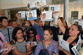 Xalapa, Ver., 6 de octubre de 2015.- Integrantes del Colectivo por la Paz, reunidos en la Fiscal�a del Estado, en espera del titular de la dependencia, Luis �ngel Bravo Contreras.