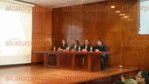 Xalapa, Ver., 6 de octubre de 2015.- Lleno total tuvo el exconsejero del IEV, Jacobo Dom�nguez Gudini, en el Aula Magna de la Facultad de Derecho, donde present� su conferencia Psicolog�a Pol�tica.