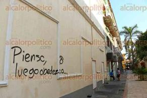 Veracruz, Ver., 6 de octubre de 2015.- La barda del edificio del IVEC de la avenida Zaragoza fue grafiteada con leyendas subversivas que incitan a la desobediencia civil. De igual forma, otros inmuebles p�blicos y privados del Centro Hist�rico han sido vandalizados con la misma clase de pintas.