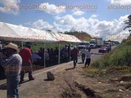 Las Choapas, Ver., 7 de octubre de 2015.- Cerca de 150 campesinos de la Uni�n de Ejidos bloquearon desde temprana hora la autopista Raudales-Tuxtla Guti�rrez, en protesta por la solicitud del Fiscal al Congreso del Estado de un juicio de procedencia contra el diputado Renato Tronco.