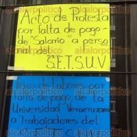 Xalapa, Ver., 8 de octubre de 2015.- Trabajadores de Radio UV hacen paro de labores debido a la falta de pago de la quincena del mes de septiembre.