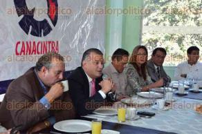Xalapa, Ver., 8 de octubre de 2015.- El diputado Francisco Garrido y el director de Espacios Educativos, Pedro Montalvo, se reunieron con integrantes de CANACINTRA para dialogar sobre diversos temas.