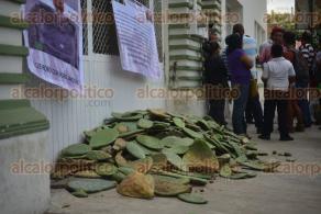 Xalapa Ver., 8 de octubre de 2015.- Productores de Jalacingo se manifiestan en la SEDARPA, para exigir el pago de proyectos productivos que asciende a los 250 mil pesos; tiraron nopales para bloquear el acceso a las instalaciones.