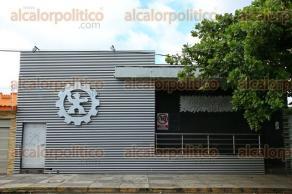 Veracruz, Ver., 8 de octubre de 2015.- Los sellos de clausura que la Direcci�n de Comercio municipal coloc� en los accesos del centro nocturno Capezzio, fueron retirados y se espera que en pr�ximos d�as se d� la reapertura del sitio.