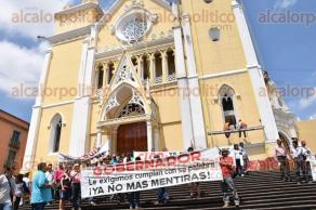 Xalapa, Ver., 8 de octubre de 2015.- Se manifiestan sobre las escalinatas de la Catedral campesinos de la Isla Tacamichapan, exigen a SIOP respuestas y no m�s obras inconclusas, ya que necesitan caminos en buenas condiciones.