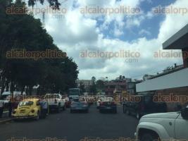 Xalapa, Ver., 8 de octubre de 2015.- Congestionamiento vehicular en las calles aleda�as al centro de la ciudad por bloqueo en Enr�quez.