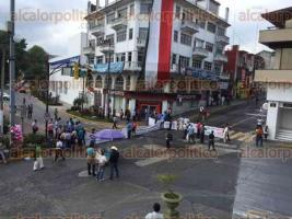 Xalapa, Ver., 8 de octubre de 2015.- Taxistas intensifican su protesta y bloquean el cruce de la avenida �vila Camacho, Clavijero y Enr�quez, en el centro de la ciudad; tome precauciones.