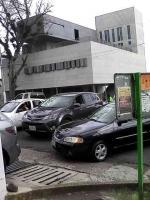 Xalapa, Ver., 8 de octubre de 2015.- Lector reporta que padres de familia del colegio ubicado en las calles Nevado de Toluca y Miguel Alem�n provocan caos vial de lunes a viernes, mientras que Tr�nsito del Estado brilla por su ausencia.