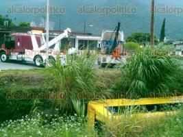 R�o Blanco, Ver., 8 de octubre de 2015.- Un autob�s con pasajeros a bordo cay� al canal Virita y fue arrastrado por la corriente. En el rescate una gr�a de la empresa