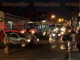 Xalapa, Ver., 8 de octubre de 2015.- Elementos de SSP tapan todos los accesos al centro de la ciudad para evitar que automovilistas lleguen a Enr�quez, en donde a�n hay un grupo de manifestantes; el tr�fico en Sayago, hacia 20 de Noviembre est� a vuelta de rueda.