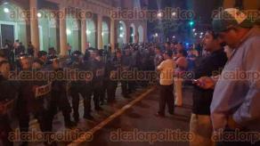 Xalapa, Ver., 8 de octubre de 2015.- A las 21:25 horas granaderos de la SSP llegaron a la calle Enr�quez; lo que hicieron los uniformados fue un repliegue in�til de los manifestantes porque hasta las 22:00 horas no abr�an la circulaci�n; unas gr�as se llevaron 8 de sus veh�culos que utilizaban para bloquear la vialidad.