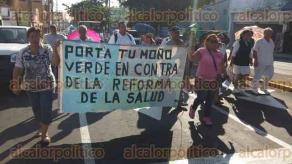 Veracruz, Ver., 9 de octubre de 2015.- Extrabajadores del IMSS y ciudadanos en general marcharon a lo largo de la avenida Sim�n Bol�var, rumbo al Z�calo de la ciudad, en protesta contra la supuesta privatizaci�n de los servicios p�blicos como la salud, el agua y el petr�leo.