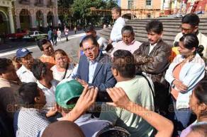 Xalapa, Ver., 9 de octubre de 2015.- Miembros de la Alianza de Taxistas C.T.M �Macuilt�petl� dialogaron con Julio Cerecedo Aguilar, director de Pol�tica Regional, para poder llegar a un acuerdo; posteriormente, pasaron a oficinas de Gobierno para exponer sus peticiones.