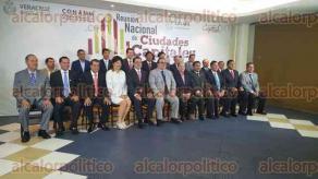 Xalapa, ver., 9 de octubre de 2015.- El gobernador Javier Duarte de Ochoa con los alcaldes asistentes a la Reuni�n Nacional de Ciudades Capitales, en el sal�n Ghal.