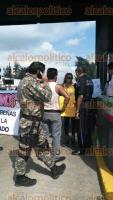 Fort�n, Ver., 9 de octubre de 2015.- Personas que en su mayor�a se cubren el rostro, tomaron la caseta de peaje de la autopista Puebla-Veracruz para protestar contra la llegada de mandos de Seguridad P�blica al municipio de Orizaba.