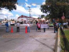 Xalapa, Ver., 10 de octubre de 2015.- Integrantes de la Uni�n de Barrios de la Estrella se manifiestan bloqueando la avenida �rsulo Galv�n, a la altura de los Sauces.