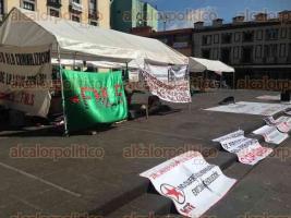 Xalapa, Ver., 13 de octubre de 2015.- Integrantes de COPOVER se manifiestan en la Plaza Lerdo e instalaron una carpa. Exigen soluci�n a sus demandas y un alto a asesinatos de periodistas.