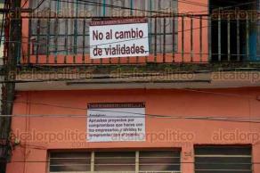 Xalapa, Ver., 13 de octubre de 2015.- Vecinos colocaron una manta en la glorieta de Los Sauces, en protesta por el nuevo plan de movilidad. Tambi�n en Ruiz Cortines pusieron letreros afuera de sus casas.