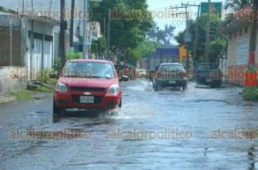 Veracruz, Ver., 13 de octubre de 2015.- Gran fuga de agua potable en la calle Sugasti de la colonia L�pez Mateos; inici� desde las primeras horas de este martes, personal del SAS a�n no atiende la denuncia, a pesar de ya haberse notificado.