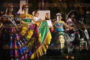 Novias, charros, dioses prehispánicos, sacerdotes y quinceañeras iban  vestidos de catrinas y catrines para representar a la muerte mexicana.