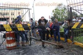 Xalapa, Ver., 24 de noviembre de 2015.- Los alcaldes de Cosoleacaque y Zaragoza llegaron a la Secretar�a de Finanzas y Planeaci�n para exigir que se concluyan las obras que se iniciaron desde el 2012.