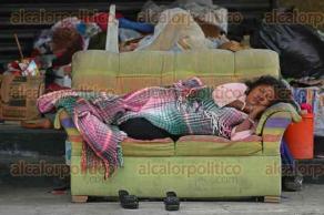Veracruz, Ver., 24 de noviembre de 2015.- Una familia de indigentes vive en la acera de las calles Iturbide y Gonz�lez Pag�s. Estas personas se ganan la vida reciclando cart�n y envases de pl�stico, sin embargo, obstruyen la vialidad con estos productos, incluso hay muebles donde duermen en plena v�a p�blica.