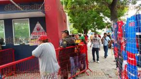 Veracruz, Ver., 24 de noviembre de 2015.-La Polic�a Naval y Marina-Armada vigilaron que no se registraran enfrentamientos durante la venta de boletos.