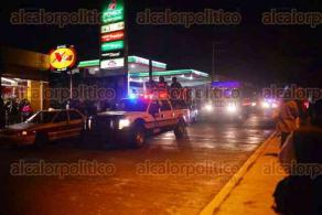 Xalapa, Ver., 24 de noviembre de 2015.- El arribo de elementos de SSP a las instalaciones de SEFIPLAN, funcion� como fuerza persuasiva para los manifestantes que se preparaban para pernoctar, quienes prefirieron recoger sus arreos y retirarse.