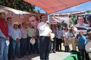 Xalapa, Ver., 24 de noviembre de 2015.- Pepe Yunes acompa�� paso a paso a las autoridades de los ayuntamientos de Xalapa, Ozuluama y Tlalnelhuayocan en el proceso para acceder a los bienes que el SAE puede donar en circunstancias de desastre natural.
