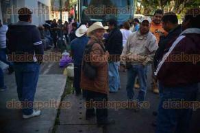 Xalapa, Ver., 25 de noviembre de 2015.- Integrantes de la organizaci�n Movimiento Campesino Veracruzano (MOCAMVE) provenientes de Isla bloquearon los accesos a las instalaciones de SEDARPA.