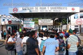Veracruz, Ver., 25 de noviembre de 2015.- El senador de la Rep�blica, H�ctor Yunes fue recibido por los trabajadores del SAS Metropolitano, quienes le expresaron sus preocupaciones por la llegada de la empresa mixta que se encargar� de la administraci�n de los recursos h�dricos en el puerto.