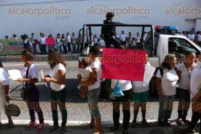 Veracruz, Ver., 25 de noviembre de 2015.- Esposas de extrabajadores de TAMSA se manifestaron afuera del palacio federal de la avenida 5 de mayo. Piden la restituci�n de sus maridos y el pago de prestaciones y salarios ca�dos.