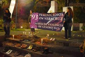 Xalapa, Ver., 25 de noviembre de 2015.- Celebrando el D�a internacional de la eliminaci�n de la violencia contra la mujer, en el Parque Ju�rez se colocaron zapatos de mujeres y ni�as simbolizando las 93 v�ctimas de feminicidio de este a�o.