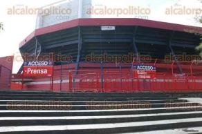 Veracruz, Ver., 26 de noviembre de 2015.- A unas horas de que inicie el partido de f�tbol entre los Tiburones Rojos de Veracruz y los Pumas de la UNAM, ya se instalan los puestos de venta de souvenirs, as� como elementos de seguridad del Estadio Luis �Pirata� Fuente.