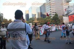 M�xico, D.F., 26 de noviembre de 2015.- Al cumplirse 14 meses de la desaparici�n forzada de los 43 normalistas de Ayotzinapa, sus padres, amigos, compa�eros y activistas marchan en avenida Paseo de la Reforma para exigir a los estudiantes con vida y justicia para los asesinados.