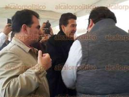Perote, Ver., 27 de noviembre de 2015.- Como muestra de que hay unidad en el PRI, el gobernador Javier Duarte salud� al senador H�ctor Yunes con un c�lido abrazo.