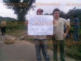Coatepec, Ver., 27 de noviembre de 2015.- Habitantes de la comunidad de Puerto Rico bloquearon carriles del camino Las Trancas�Coatepec para exigir al ayuntamiento de Coatepec el retiro de 25 toneladas de basura que se encuentran en el lugar.