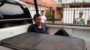 Veracruz, Ver., 27 de noviembre de 2015.- Tras ser perseguido por vecinos, al tratar de huir por la azotea de una casa, dos hombres bajaron al ladr�n y, a golpes lo sometieron, amarr�ndolo con una cinta de pl�stico a los barrotes de la reja de una casa.