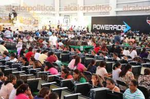 Boca del R�o, Ver., 28 de noviembre de 2015.- Docentes presentan su evaluaci�n sin contratiempos, pese a protestas afuera del recinto �Leyes de Reforma�.