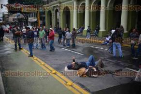 Xalapa, Ver., 28 de noviembre de 2015.- Docentes de la CNTE bloquean la vialidad de Enr�quez en protesta por la evaluaci�n de desempe�o docente que se realiza en distintos estados de la Rep�blica.