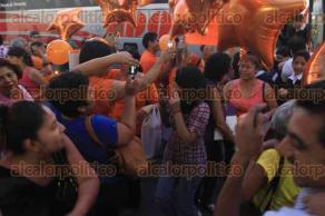 Veracruz, Ver., 28 de noviembre de 2015.- Padres de familia esperaban en el Z�calo que terminara el acto protocolario, donde el Alcalde felicit� a los 159 ni�os a los que les fue otorgado el reconocimiento al M�rito Ciudadano.