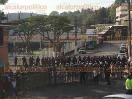 Xalapa, Ver., 29 de noviembre de 2015.- Llegada de docentes que presentan el examen de evaluaci�n en el Complejo Omega; contin�a el fuerte operativo con elementos de la Fuerza Civil, IPAX y SSP.