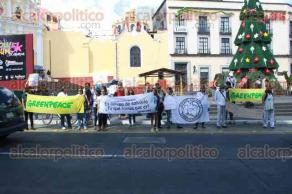 Xalapa, Ver., 29 de noviembre de 2015.- Un grupo de ambientalistas de �LAVIDA� y Greenpeace marcharon con motivo de la XXI Conferencia Internacional sobre Cambio Clim�tico, gritando diversas consignas para que las autoridades pongan m�s atenci�n en este tema.