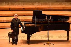 Xalapa, Ver., 29 de noviembre de 2015.- La tarde de este domingo el reconocido pianista mexicano Jorge Federico Osorio ofreci� un recital de piano solo, en la sala de conciertos Tlaqn� de la Universidad Veracruzana, con entrada libre al p�blico.