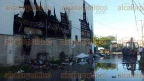 Nanchital, Ver., 29 de noviembre de 2015.-Movilizaci�n de cuerpos de auxilio, por incendio de bodega de �S�per Che�, en Nanchital, en la colonia San Agust�n; bomberos controlan el fuego.